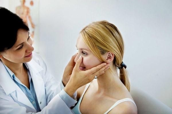 Пациентка на осмотре носа