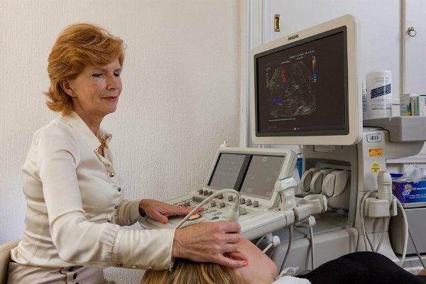 Специалист УЗИ проводит диагностику