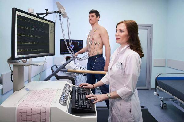 Мужчина на стресс эхокардиографии