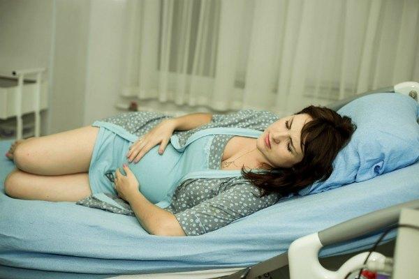 Беременная женщина на кушетке врача