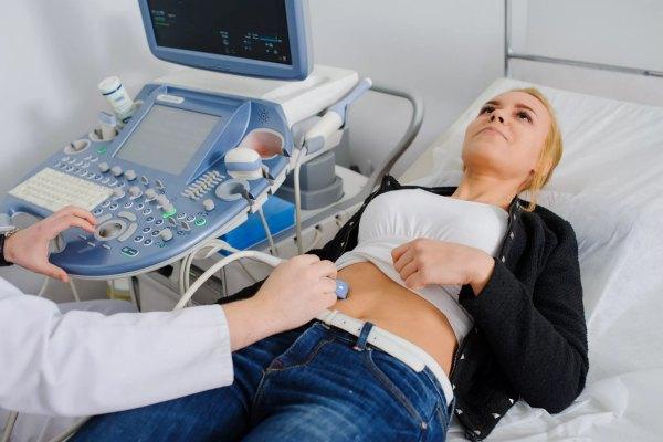 Женщина на диагностике матки