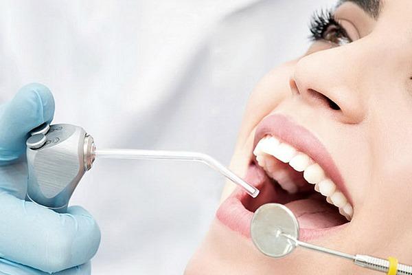 Девушка в кабинете стоматолога